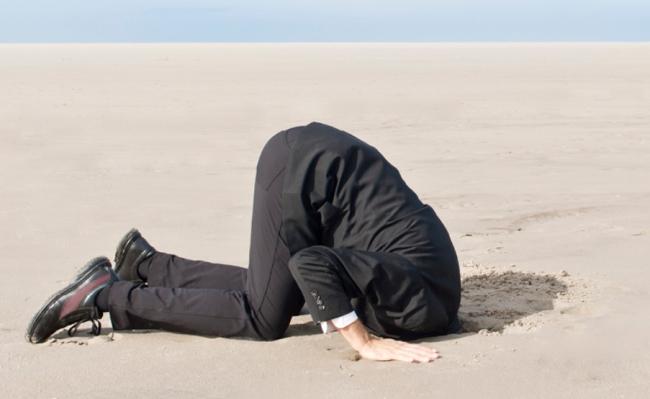 mettere la testa sotto la sabbia