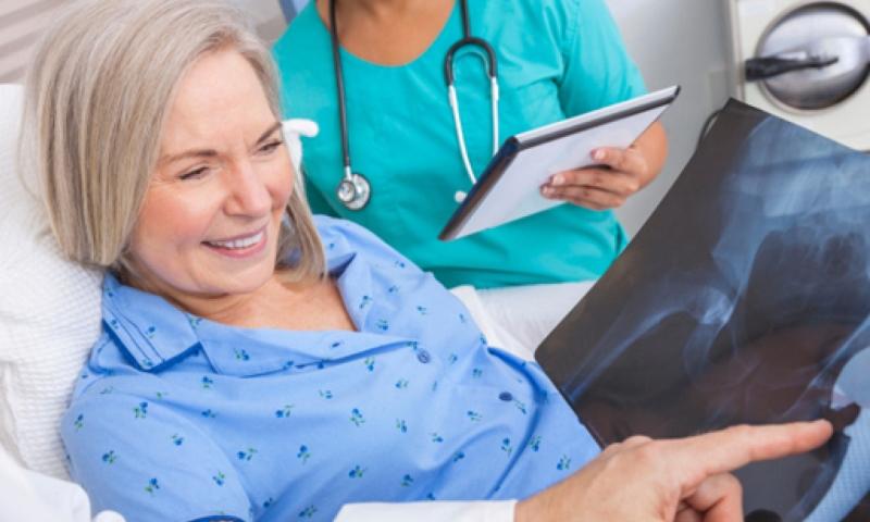 anziana signora felice in ospedale
