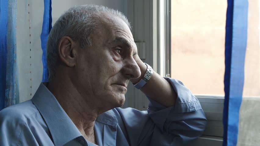 anziano silenzioso preoccupato