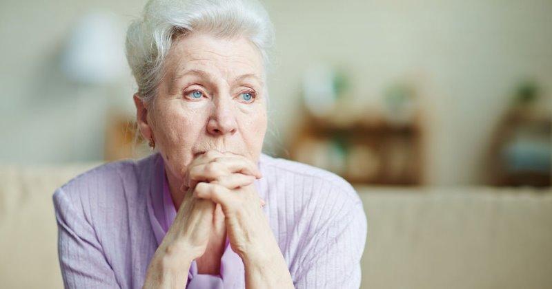 anziana preoccupata per le malattie della vecchiaia